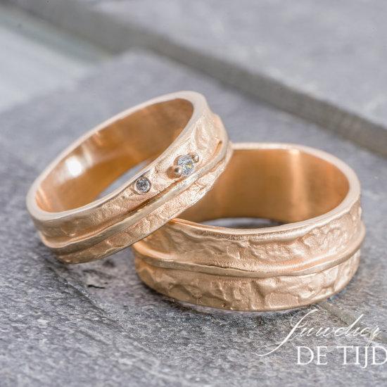 Grijs gouden trouwringen model Levensloop, 6 en 8mm breed