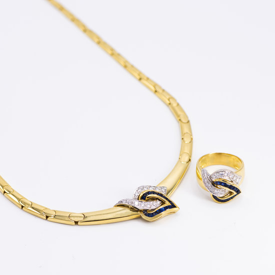 18 karaats geelgouden ring rijk versierd met vele briljanten en saffieren