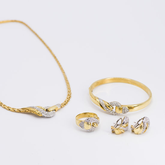 Set 18 karaats Bi-color geel met wit gouden oorsieraden rijk versierd met vele briljanten