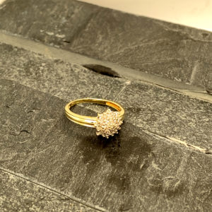 14 karaats geelgouden entourage ring met briljanten