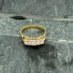 14 karaats geelgouden ring met vijf briljant geslepen diamanten